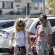 Laeticia Hallyday a déjeuné avec son agent Laurence Favalelli dans un restaurant de sushis à Los Angeles le 13 septembre 2018. Laeticia repart puis s'arrête dans un Starbucks avant d'aller chercher ses filles à la sortie de l'école.