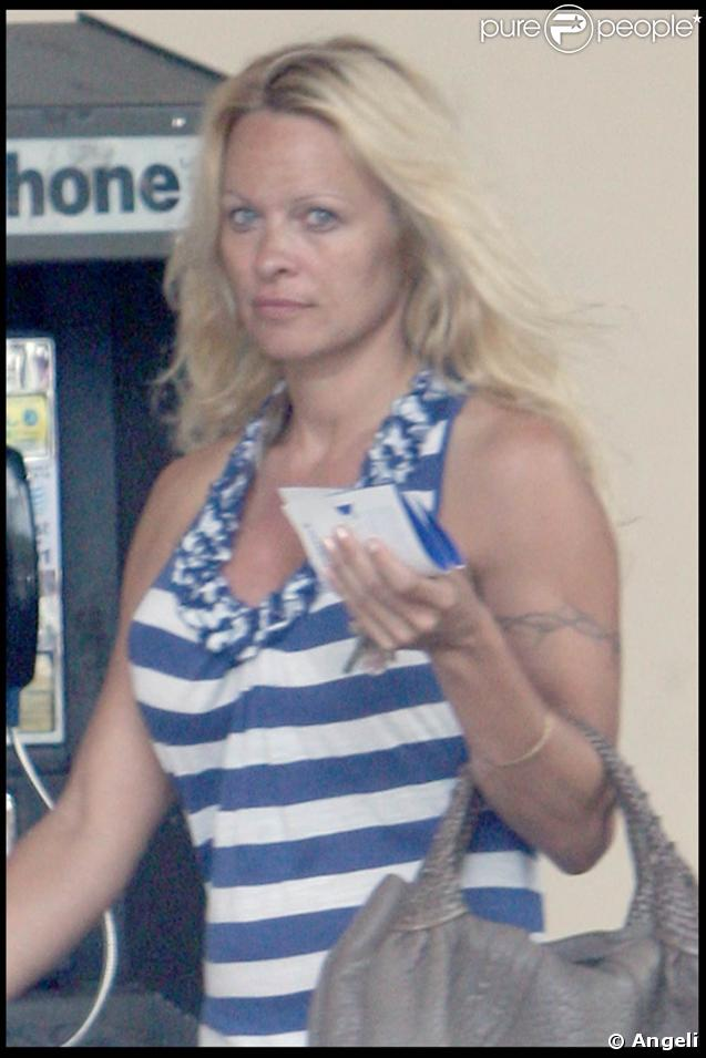 Pamela Anderson ose les rayures !
