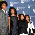 Jada Pinkett-Smith, entourée de ses deux enfants - Jaden et Willow - et de son beau-fils Trey, au Beverly Wilshire Hotel, à Los Angeles, à l'occasion du prestigieux Simon Wiesenthal Center's 2009 National Tribute Dinner, le 5 mai 2009 !