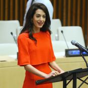 Amal Clooney : Rayonnante en robe corail pour un discours poignant à l'ONU