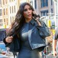 Kim Kardashian porte une combinaison pantalon en latex noir mat dans les rues de New York, le 30 septembre 2018