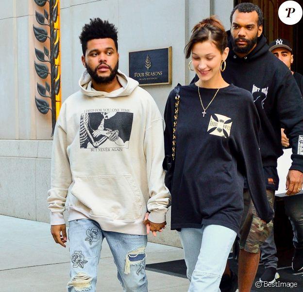 Bella Hadid sort de son domicile au Four Seasons Residences accompagnée de son compagnon The Weeknd à New York, le 3 octobre 2018.