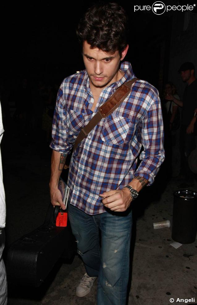 John Mayer, à la sorti du fameux Hotel Cafe, à Hollywood, le 6 mai 2009 !
