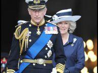 Pendant que le Prince Charles les fait toutes craquer avec son uniforme, Camilla fait tourner les têtes avec.. son chapeau !
