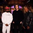 """Kanye West (coiffé d'une casquette """"Make America Great Again""""), Adam Driver et Kenan Thompson, stars du Saturday Night Live du 29 septembre 2018."""