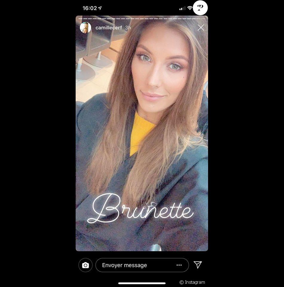 Camille Cerf devient brune chez le coiffeur, le 11 octobre 2018.