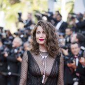 Laetitia Casta ultra-sensuelle, seins nus sous une robe mouillée et transparente