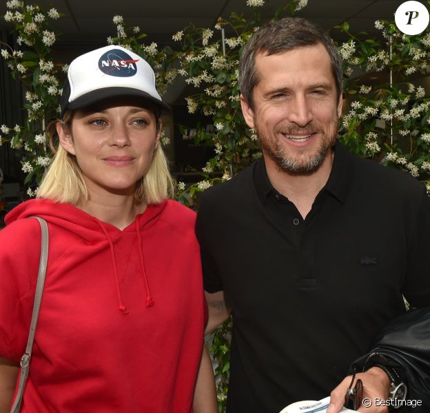 Guillaume Canet et sa compagne Marion Cotillard au village lors des internationaux de France à Roland Garros le 10 juin 2018. © Veeren / Bestimage