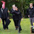 Le prince Harry, duc de Sussex, et Meghan Markle, duchesse de Sussex, assistent à l'inauguration d'un site de 20 hectares pour The Queen's Commonwealth Canopy à Auckland, Nouvelle-Zélande, le 30 octobre 2018. Après avoir dévoilé la plaque, ils ont participé à un lancé de bottes avec des écoliers de la région.