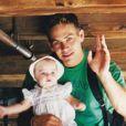 Un an après la mort de Paul Walker en novembre 2013, Meadow Walker a rendu hommage à son père en postant cette photo d'elle bébé dans les bras de son père.