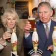 Le prince Charles et Camilla Parker Bowles, duchesse de Cornouailles, dégustant une pinte de bière dans un pub à Purleigh le 29 janvier 2014.