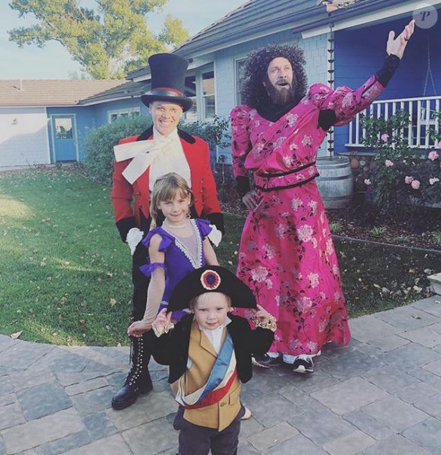 Pink, Carey Hart et leurs enfants Willow et Jameson, tous déguisés pour Halloween. Photo puliée le 1er novembre 2018.