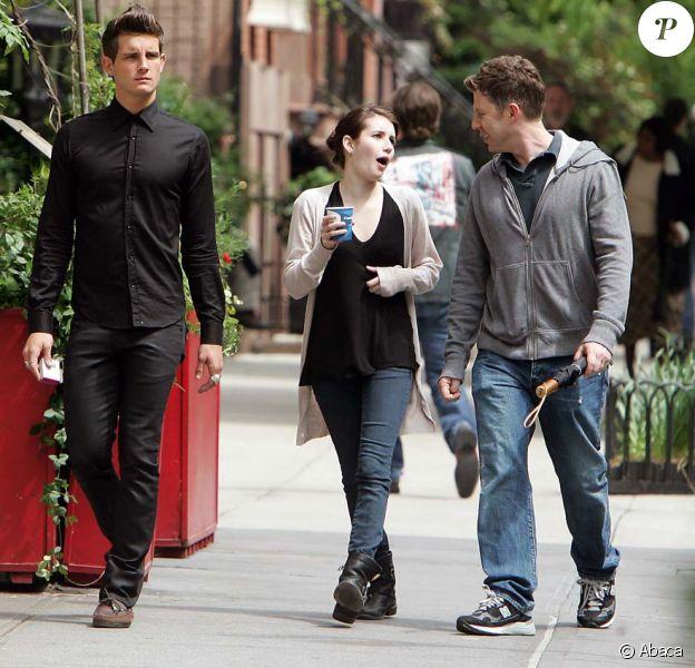 Emma Roberts, nièce de Julia Roberts, et l'acteur Nico Tortorella se promènent sur le tournage de leur nouveau film Twelve à New-York le 14 mai 2009
