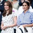 """Catherine (Kate) Middleton, duchesse de Cambridge et Meghan Markle, duchesse de Sussex assistent au match de tennis Nadal contre Djokovic lors du tournoi de Wimbledon """"The Championships"""", le 14 juillet 2018."""