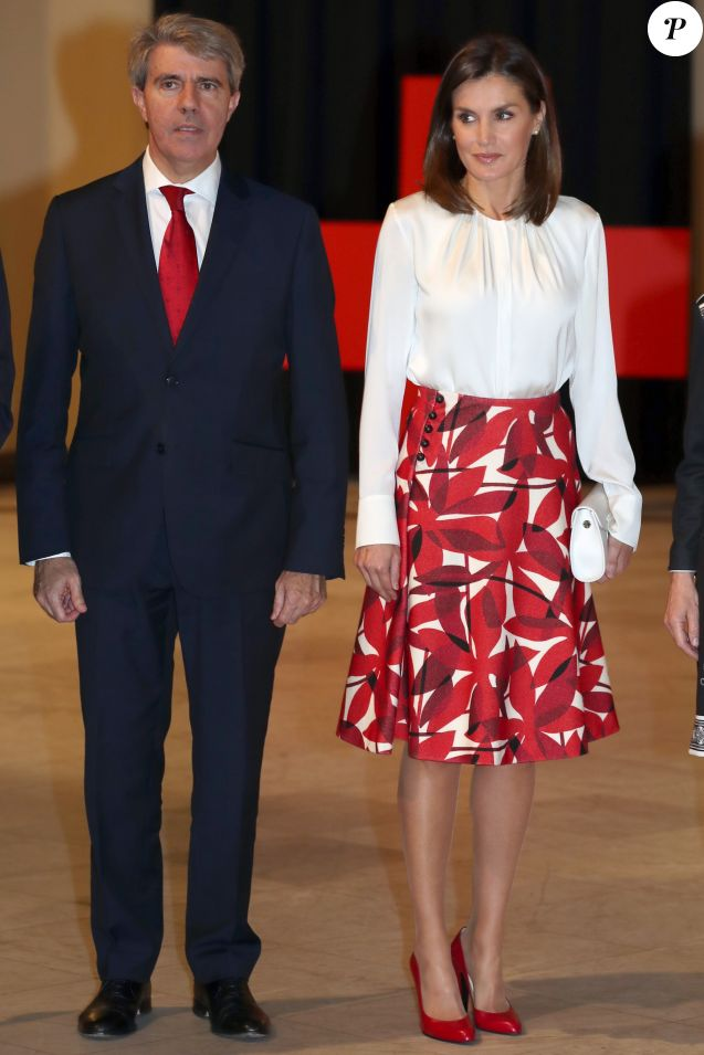 La reine Letizia d'Espagne, en haut Hugo Boss et jupe Carolina Herrera, lors du 100e anniversaire de l'école d'infirmières et de l'hôpital central de la Croix-Rouge espagnole, le 20 novembre 2018 au Cercle des Beaux-Arts à Madrid.