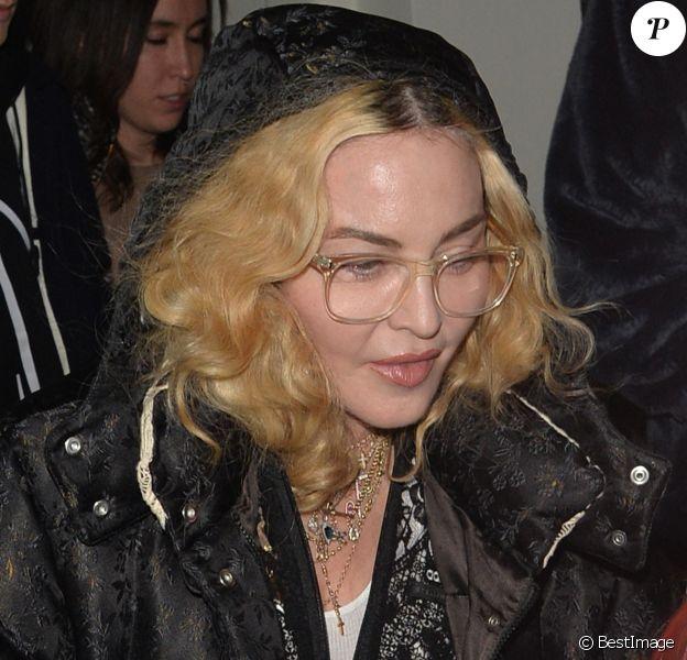 Exclusif - Madonna est allée diner au Soho House avec une de ses petites jumelles à Londres. Les autres enfants de Madonna sont sortis séparément du restaurant un peu avant. La petite fille porte une perruque rose. Le 30 octobre 2018.