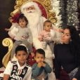 Georgina Rodriguez pose avec les trois enfants de Cristiano Ronaldo et leur fille, avec le Père Noël dans leur maison de Turin (photo postée sur Instagram le 27 novembre 2018).