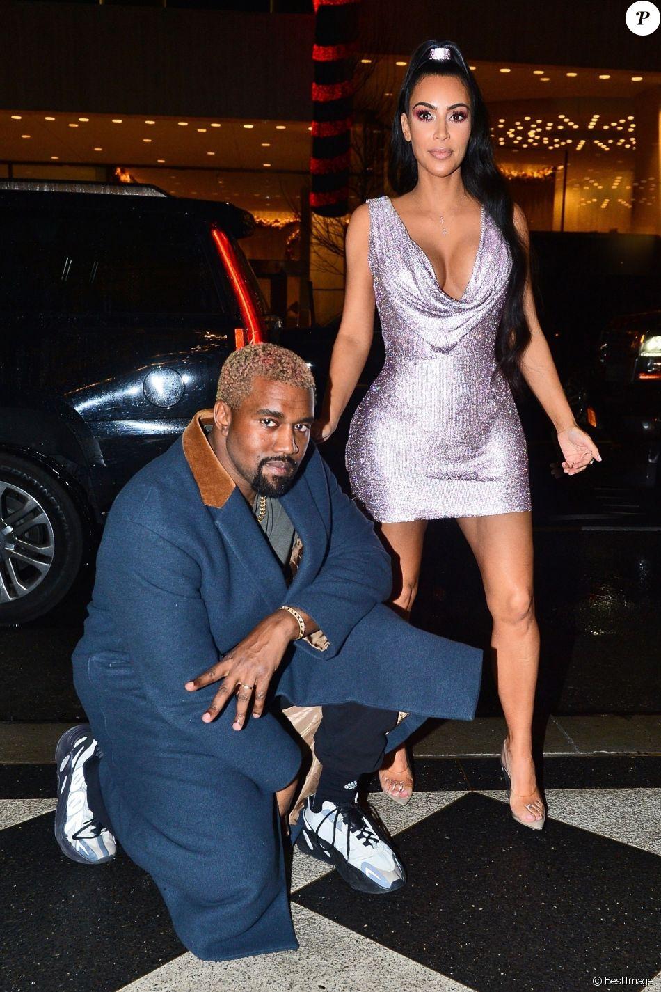 Kim Kardashian et son mari Kanye West arrivent à leur hôtel après avoir assisté au défilé de mode Versace à New York, le 2 décembre 2018.
