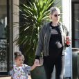 Paige Butcher, enceinte fait du shopping avec sa fille Izzy à Los Angeles le 24 novembre 2018.