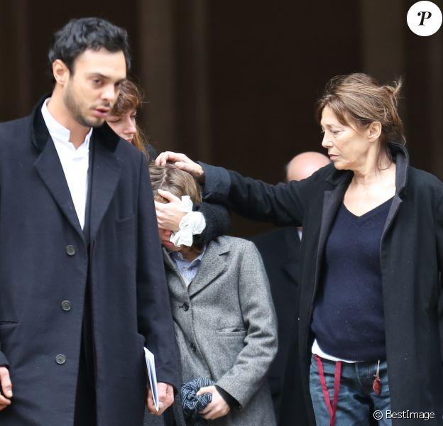 Roman de Kermadec (Fils de Kate Barry), Lou Doillon et son fils Marlowe, Jane Birkin - Sortie des obsèques de Kate Barry en l'église Saint-Roch à Paris. Le 19 décembre 2013
