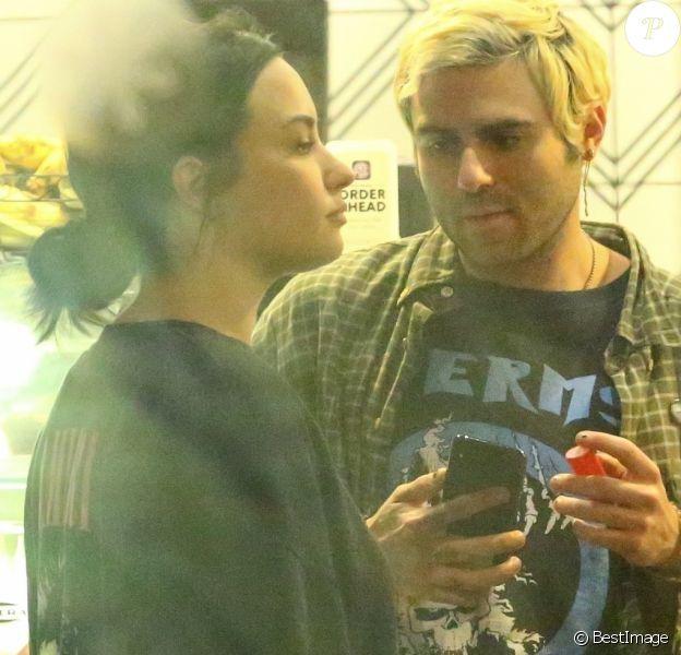 Exclusif - Demi Lovato et son nouveau compagnon Henry Levy sont allés en amoureux à The Coffee Bean & Tea Leaf à West Hollywood, le 5 novembre 2018.