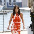 Malgré son air improbable, Courteney Cox, est tout à fait dans le vent dans sa robe droite parsemée de fleurs...