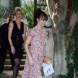Penelope Cruz, en balade, opte pour une robe légère imprimée liberty ! Et c'est très réussi !