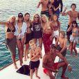 Laeticia Hallyday en bikini pour une sortie en mer avec ses filles Jade et Joy et ses amis dont Yannik Noah. Instagram, le 21 août 2018.