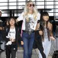 Laeticia Hallyday et ses filles Jade et Joy quittent leur maison à Los Angeles, accompagnées de la nounou Sylviane, pour se rendre à l'aéroport, où elles vont prendre un avion pour la France. Le 6 octobre 2018.