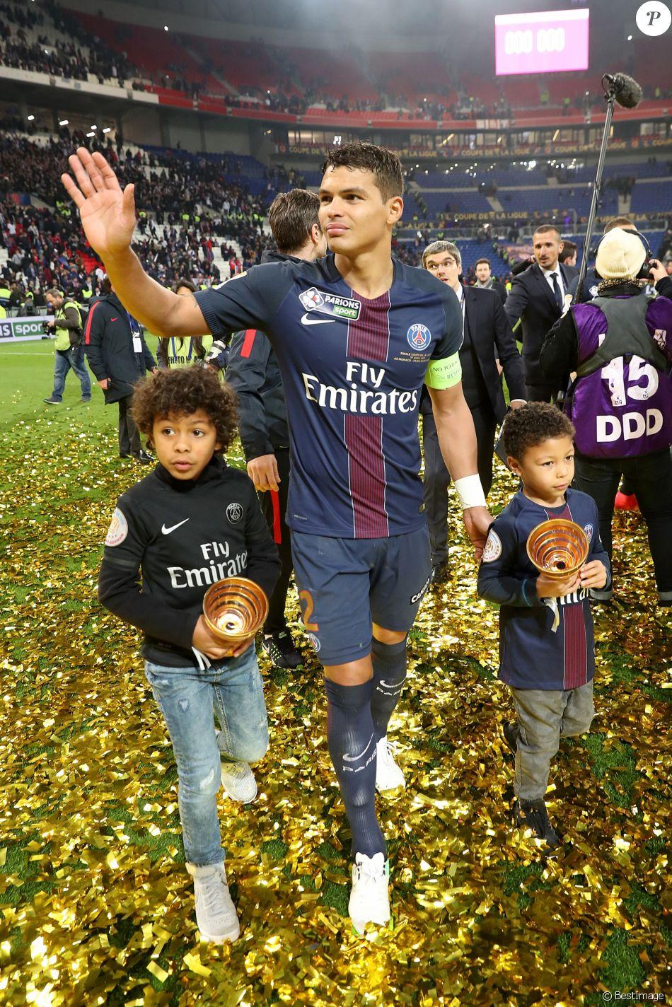 Thiago Silva et ses enfants - Le PSG (Paris-Saint-Germain) remporte la finale de la Coupe de la Ligue 2017 (4-1) face à l'ASM (Association Sportive de Monaco) au Parc OL à Lyon, le 1er avril 2017. © Cyril Moreau/Bestimage