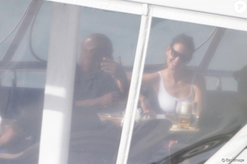 Jamie Foxx et sa compagne Katie Holmes se relaxent sur un mega yacht à Miami le 29 décembre 2018.