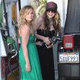 """""""Avril Lavigne et une amie se rendent à la station service pour prendre de l'essence le 25 mai 2009"""""""