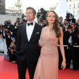 Angelina Jolie au bras de son mari Brad Pitt lors de la montée des marches du film Inglorious Basterds durant le Festival de Cannes 2009