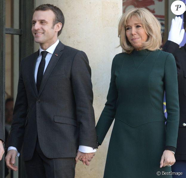 Le président Emmanuel Macron et sa femme Brigitte raccompagnent le premier ministre du Quebec François Legault et sa femme Isabelle Brais après un entretien au palais de l'Elysée à Paris le 21 janvier 2019. © Giancarlo Gorassini / Bestimage