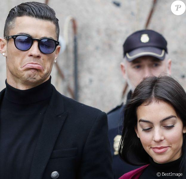 Cristiano Ronaldo quitte le tribunal avec sa compagne Georgina Rodríguez à Madrid le 22 janvier 2019. L'audience devait ratifier l'accord passé entre les avocats du Portugais et le fisc espagnol prévoyant une sanction de 18,8 M€ et une peine de 23 mois de prison.