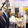 """Le roi Felipe VI et la reine Letizia d'Espagne (jupe et haut Hugo Boss, chaussures Magrit) lors de l'inauguration du 39ème salon du tourisme """"FITUR"""" à Madrid, Espagne, le 23 janvier 2019."""