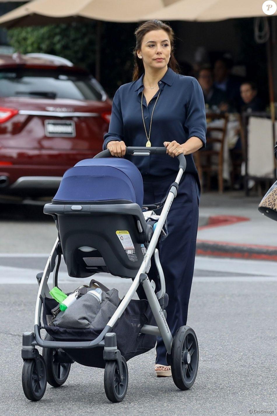 Eva Longoria promène son fils Santiago dans les rues de Los Angeles, le 1er février 2019.