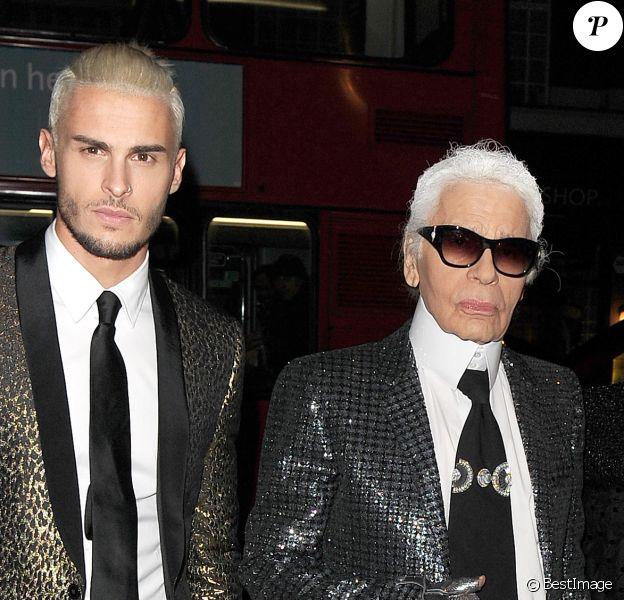 """Karl Lagerfeld et Baptiste Giabiconi (blond platine) - Arrivée des people au vernissage de l'exposition """"Mademoiselle Privé"""" à la Galerie Saatchi à Londres, le 12 octobre 2015."""