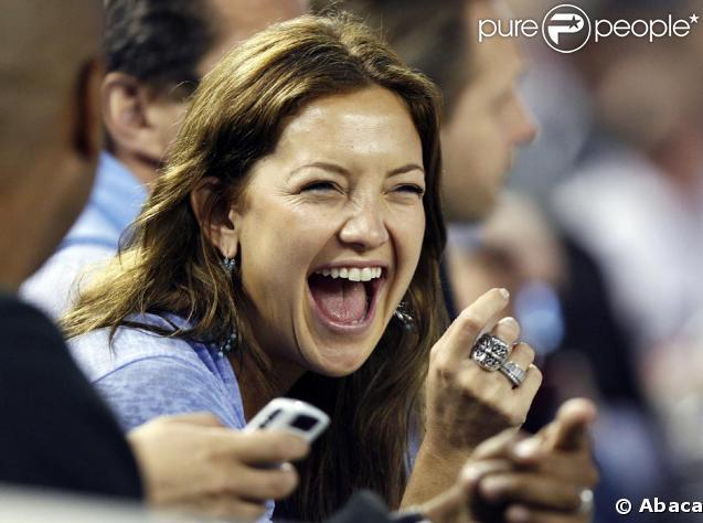 Kate Hudson regarde très amoureusement Alex Rodriguez qui joue avec les New York Yankees au Yankee Stadium à New York City le 2 juin !