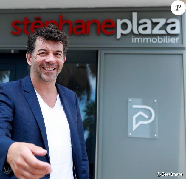 Stéphane Plaza pose devant sa nouvelle agence immobilière à Six-Fours, le 1er août 2015.