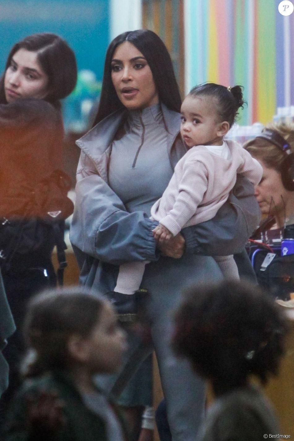 Exclusif - Kim Kardashian et son mari Kanye West emmènent leurs enfants Saint, North et Chicago chez Color Me Mine Ceramic faire de la peinture sur poterie à Calabasas, Los Angeles. Le 19 janvier 2019.