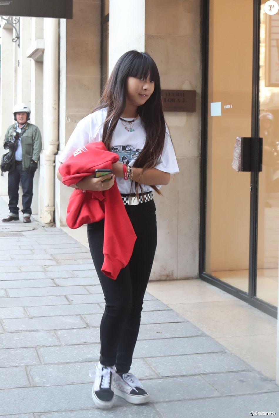 Laeticia Hallyday récupère ses filles Jade et Joy chez le dentiste avenue Montaigne à Paris le 9 octobre 2018.