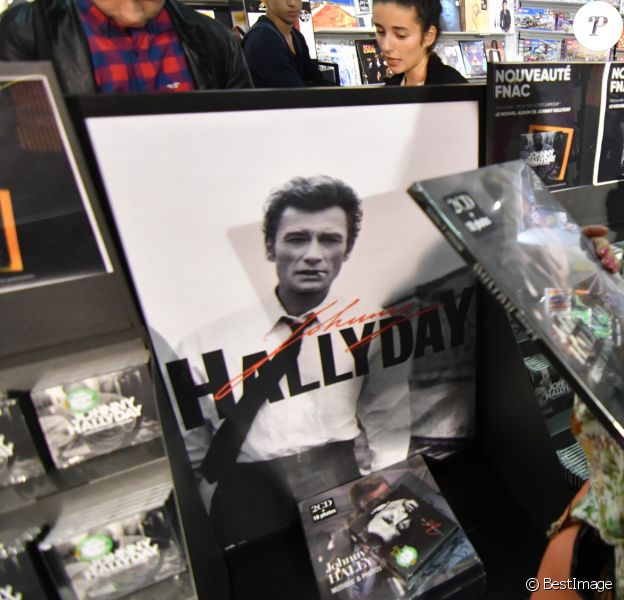 """Mis en vente de l'album de Johnny Hallyday """"Mon pays c'est l'amour"""" à la Fnac de Nice le 19 octobre 2018 © Lionel Urman/Bestimage"""