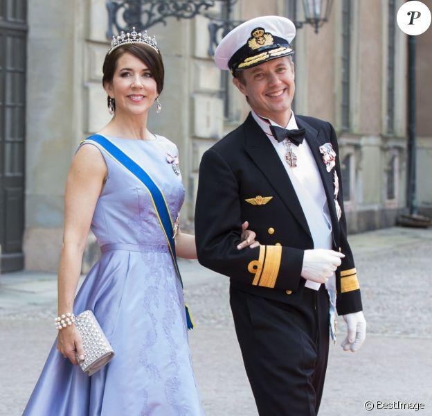 Le prince Frederik et la princesse Mary de Danemark au mariage du prince Carl Philip de Suède et Sofia Hellqvist à la chapelle du palais royal à Stockholm le 13 juin 2015