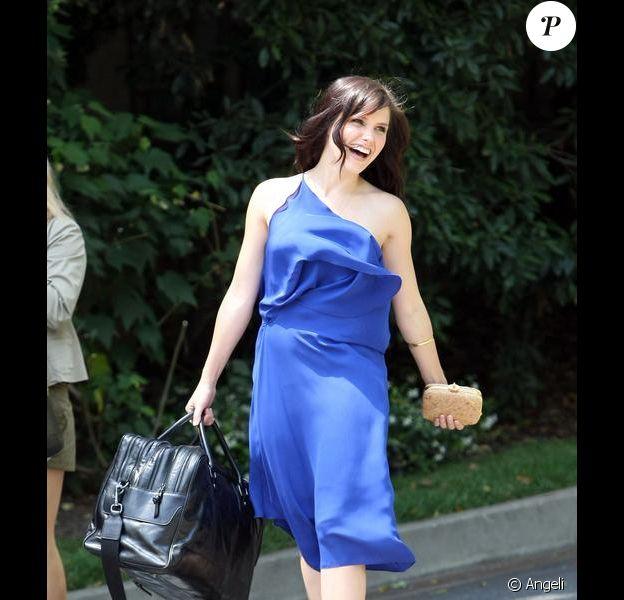 Sophia Bush à la sortie d'une vente aux enchères de sacs, visiblement contente...