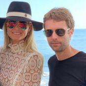 Laeticia Hallyday en chemisier transparent : elle pose avec son frère Grégory