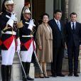 Le président Emmanuel Macron, la première dame Brigitte Macron raccompagnent le président de la République populaire de Chine Xi Jinping et sa femme Peng Liyuan à l'issue de la visite d'Etat de 2 jours qui s'achève par un entretien au palais de l'Elysée à Paris le 26 mars 2019. © Stéphane Lemouton / Bestimage