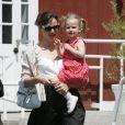 Une simple jupe noire et une blouse blanche et Jennifer Garner redevient jolie.