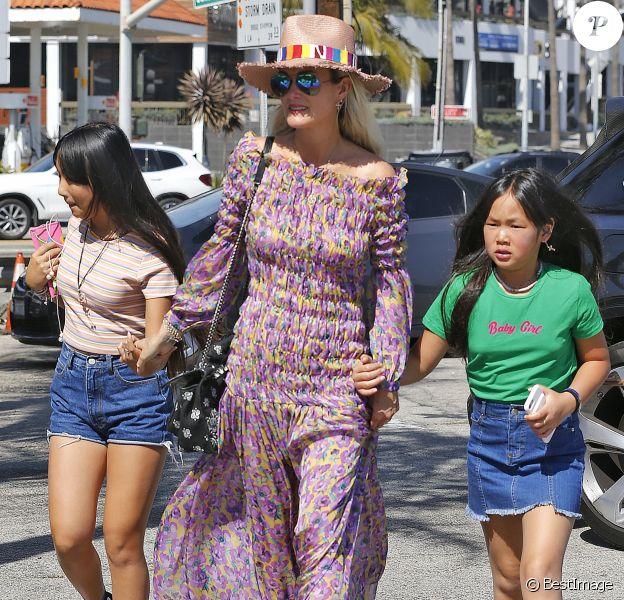 Laeticia Hallyday et ses filles Jade et Joy - Laeticia Hallyday et ses filles Jade et Joy arrivent au restaurant Gladstones pour déjeuner à Los Angeles, le 30 mars 2019.