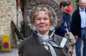 Judi Dench en tournage... une Dame élégante qui aime se curer le nez entre deux prises !